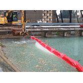 Zone de travaux délimité par un barrage de  confinement à jupe pleine en PVC et gros flotteurs