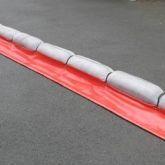 Barrage absorbant pour hydrocarbures avec jupe en PVC réutilisable