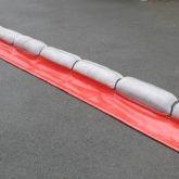 Barrage absorbant pour hydrocarbures avec jupe en PVC réutilisableBarrage absorbant avec petite jupe en PVC