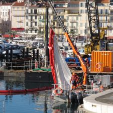 Barrage filtrant avec grande jupe en géotextile déployée en zone portuaire (idéal pour filtrer les MES. Rideau anti-turbidités)